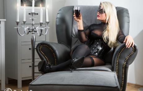 Domina blond Kerzenleuchter Weinglas Corsage Maske