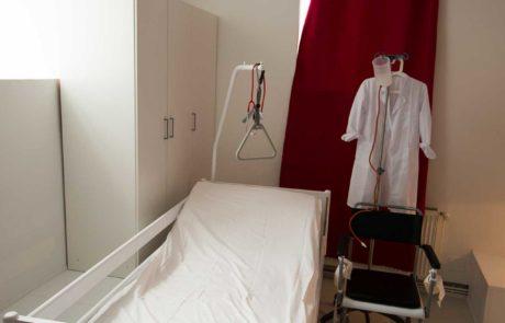 Klinikbett Bettgalgen Arztkittel irrigator
