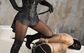 Domina Sklave Lederkleid Stiefel Maske Bondage